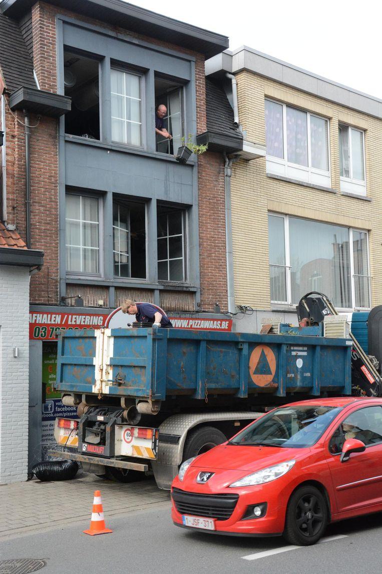 De civiele bescherming gooide de plantjes van de tweede verdieping naar beneden in een vrachtwagen.
