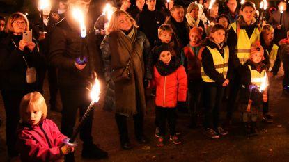 Fakkeltocht, muziek en bloemen-huldes gedenken einde WOI