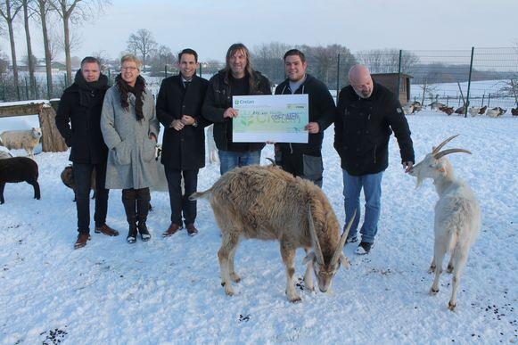 Vlaams Belang-voorzitter Tom Van Grieken kwam persoonlijk naar Lennik om de cheque te overhandigen aan de mensen van de Ark van Pollare.