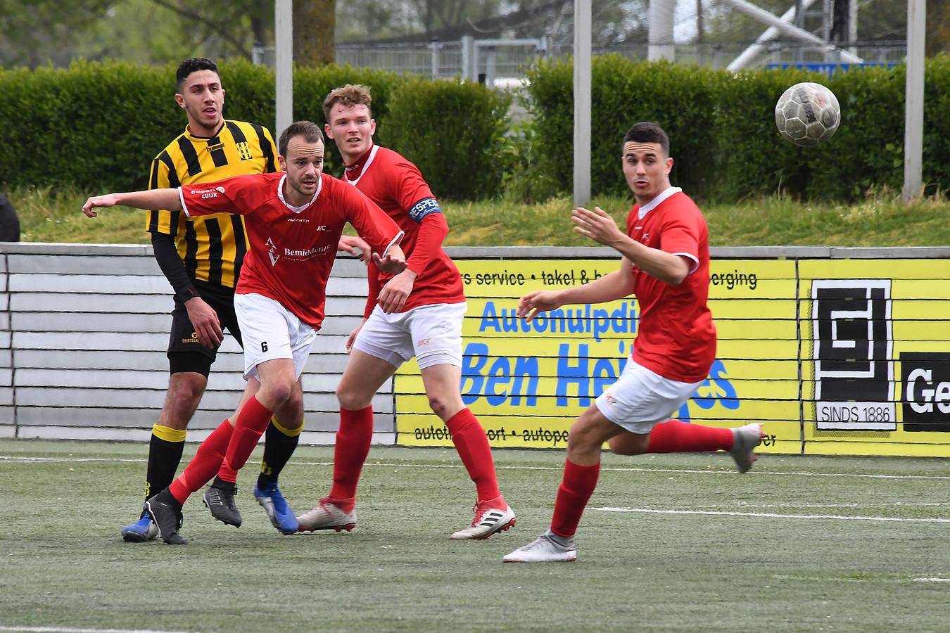 Ook Aleksander Lejic (rechts), aanvoerder Jurre Grotenhuis (tweede rechts) en Stan Broenland van JVC Cuijk in de met 4-0 verloren thuiswedstrijd tegen OFC van vorige week.