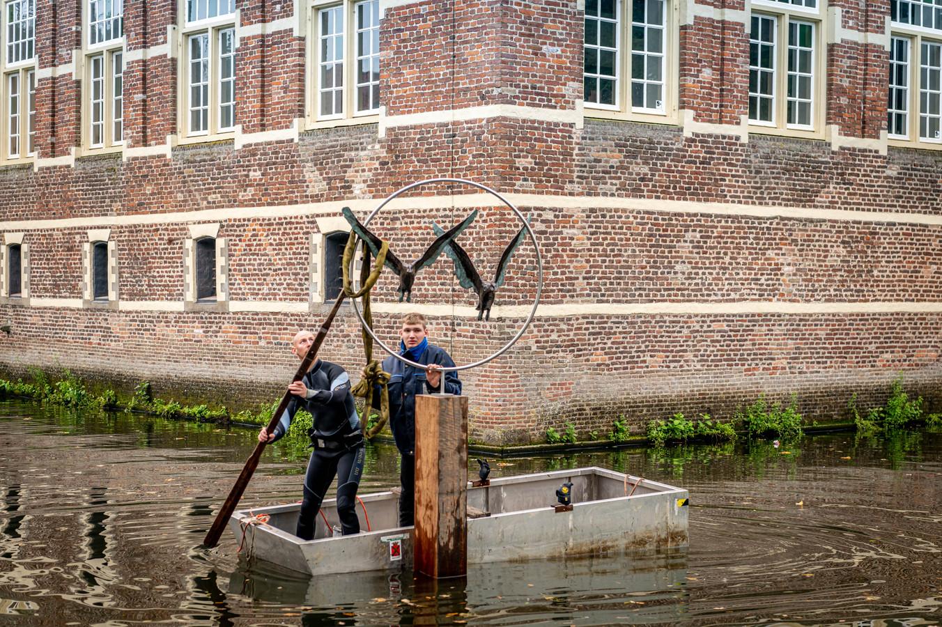 De plaatsing van het kunstwerk 'Samen verder' van Jonneke Kodde in de Wijchense kasteelgracht.