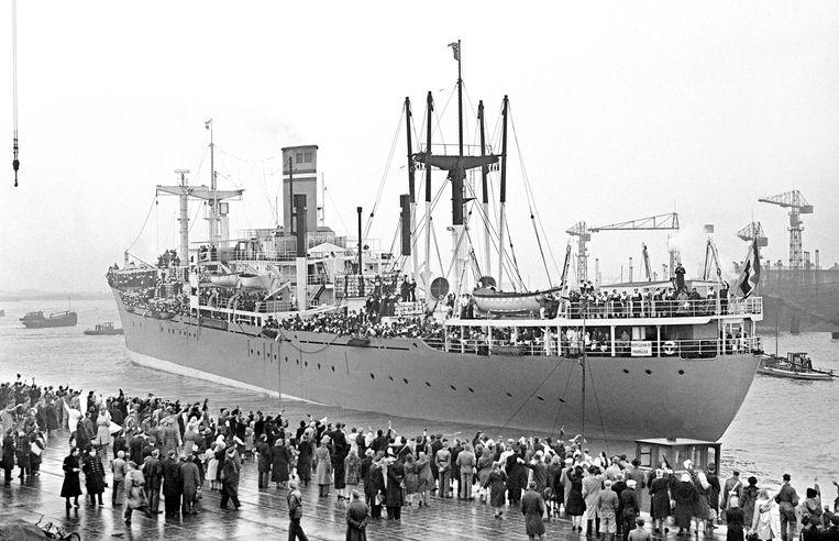 Vertrek van Hr Ms Zuiderkruis vanuit Rotterdam naar Nederlands-Indië, 14 januari 1949. Beeld ANP
