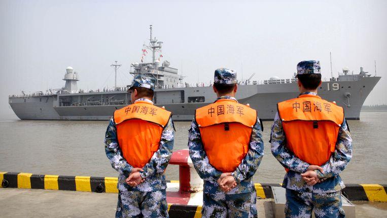 Chinese soldaten in de havan van Shanghai.