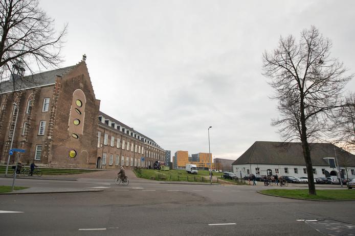 In de StadsGalerij (het witte boerderijtje rechts) aan de Oude Vest wordt met een expositie van het werk van Peter Kantelberg de discussie rond de noodzaak van een kunsthal in Breda aangezwengeld