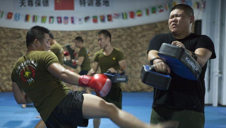 Vechttraining op bodyguardschool Tian Zun. 'Gelukkig leren we hier ook communicatieve vaardigheden.' Beeld Ruben Lundgren