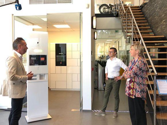 Minister Crevits maakt kennis met de virtuele receptionist in Carconnex.