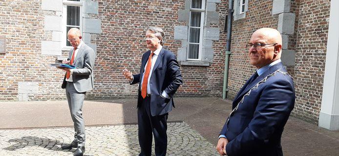 Provinciebestuurder Wim van de Donk (midden) bij zijn werkbezoek aan Meierijstad. Rechts burgemeester Kees van Rooij, links chef kabinet Henk Smit van de provincie.