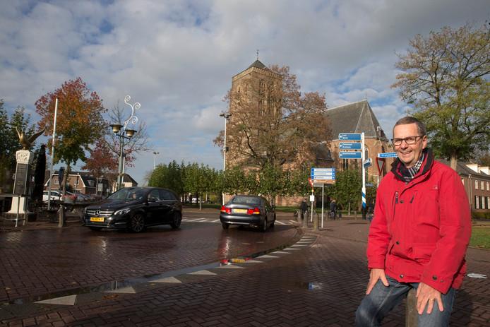 Rene Brouwers voor het Onze Lieve Vrouwe  plein bij de kerk in Didam.