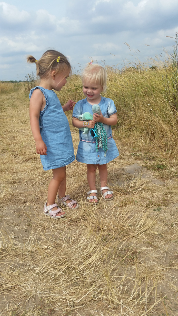 Waarover hebben ze het samen? De twee zusjes hebben het zichtbaar naar hun zin in hun zomerse outfit. Dat Inktvis een bijpassend kleurtje heeft, is puur toevallig. Maar maakt het plaatje net even wat mooier.