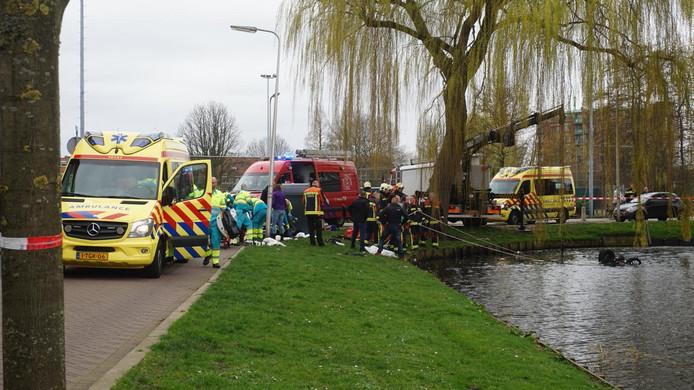 Hulpdiensten rukken massaal uit voor de auto te water aan de Westerkade.