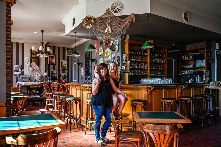 Sinda (links) en dochter Chloe zullen samen het café op de Kaaldries openhouden.