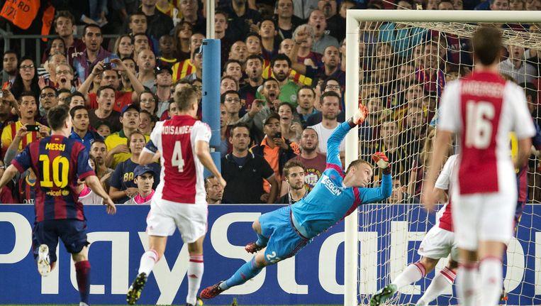 Keeper Jasper Cillessen (R) van Ajax ziet het doelpunt van Lionel Messi van FC Barcelona het doel in verdwijnen tijdens de Champions League-wedstrijd. Beeld anp