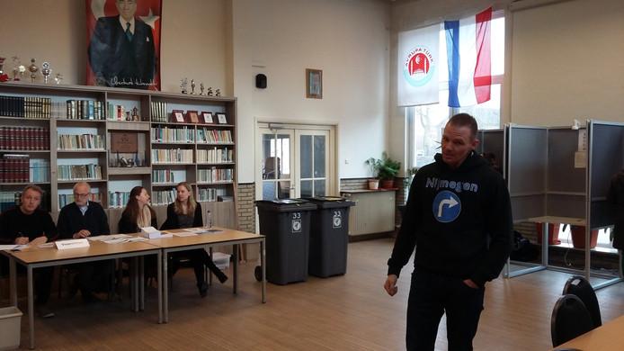 Michael van den Berg van Nijmegen Rechtsaf in het stembureau aan de Citroenvlinderstraat in Nijmegen.