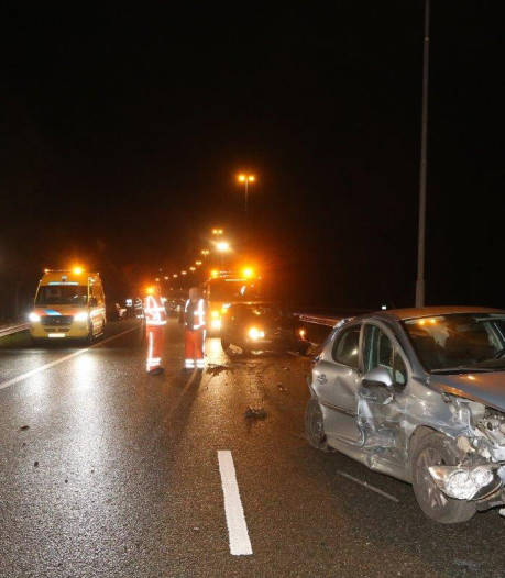 Veroorzaker rent weg na heftig ongeluk met vier auto's op A59 bij Den Bosch