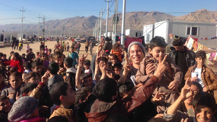 Paul Tjiam (grijze muts) in het vluchtelingenkamp Zahko Beeld Paul Tjiam