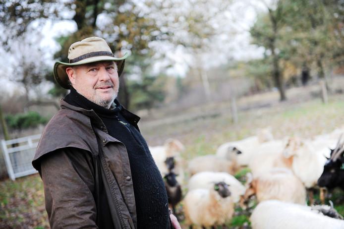 Schaapherder Jos Duurland tussen zijn schapen. Foto: Annina Romita