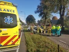 Auto knalt tegen boom in Nieuwleusen: twee gewonden