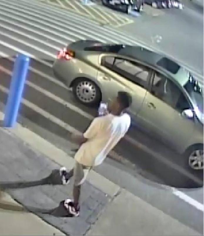 Zodra een man de auto nadert, springt de kofferbak open en neemt de vrouw de benen.