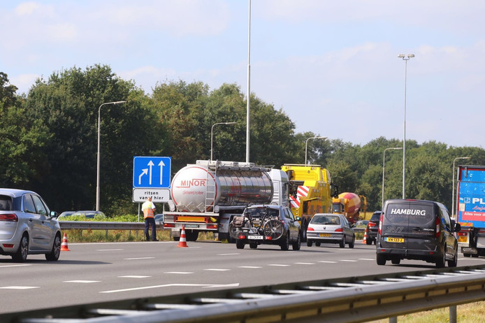 Een tankwagen is tegen de vangrail van de A58 bij Best gereden.