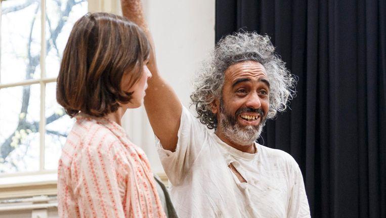 Ibrahim Mousa en Rosa Mee tijdens de repetitie van Transit 2 Beeld Carly Wollaert