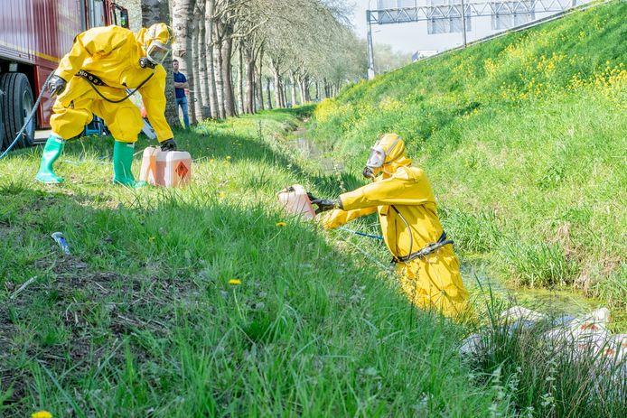 De vierde drugsdumping in enkele dagen tijd in Tilburg, nu in een sloot aan de Lage Wal. Specialisten ruimen het afval op.
