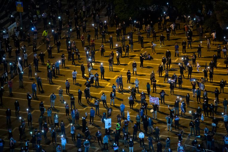 In Tel Aviv hielden demonstranten, die zich tegen premier Netanyahu richtten, afgelopen weekeinde de gepaste anderhalve meter afstand van elkaar.  Beeld Getty Images