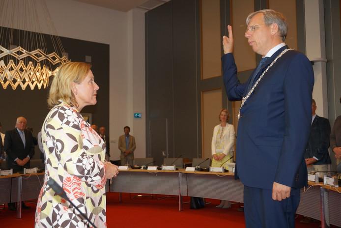 Commissaris van de Koning Bijleveld-Schouten beëdigt burgemeester Visser.