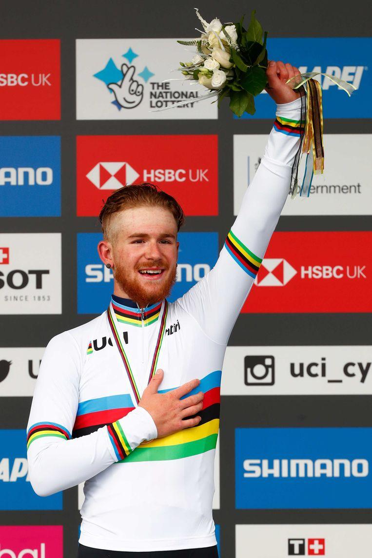 Quinn Simmons uit de VS viert zijn overwinning op het podium tijdens de wegwedstrijd van de junior mannen tijdens de wereldkampioenschappen wielrennen.