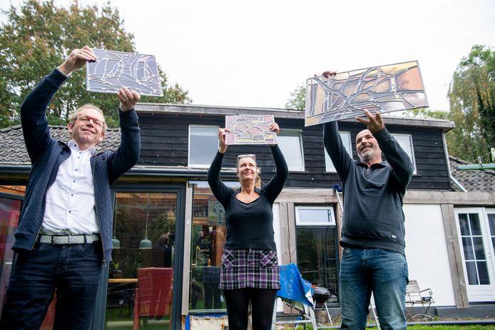 Drie gebrandschilderde ramen van Annemiek Punt door Henkjan Stoevelaar en partner Esther aan Ronald Goos van GGZ Drenthe, eind vorige eeuw opdrachtgever voor het kunstwerk. Foto: v.l.n.r.: Ronald Goos, Esther en Henk Jan Stoevelaar.