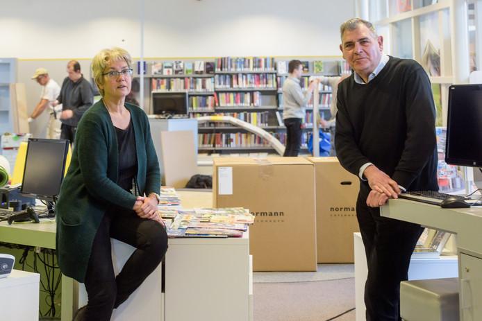Archieffoto:  Rita Bemelmans (manager) en Ben Polman (vrienden van de bieb)  in de vernieuwde bibliotheek in Heeze.