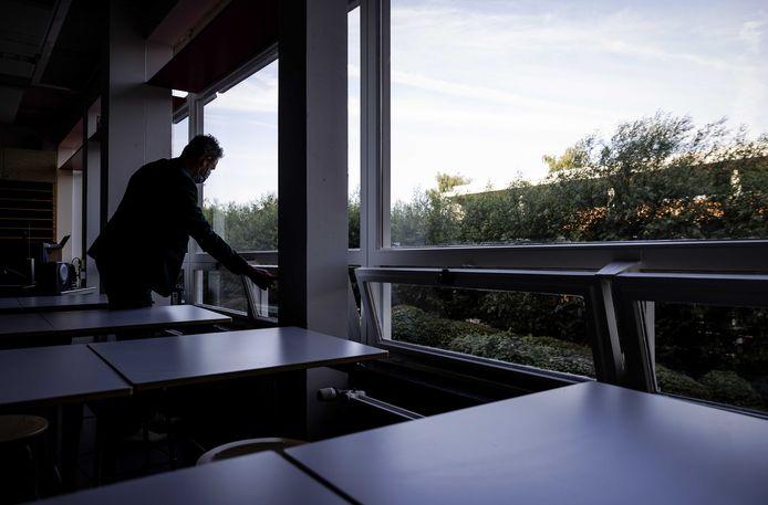 De ramen gaan open in een klaslokaal (elders). Foto ter illustratie.