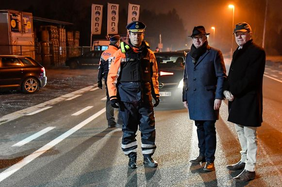 Korpschef Patrick Feys, burgemeester Piet Buyse en gouverneur Jan Briers bij de controle op de Zeelsebaan in Grembergen.