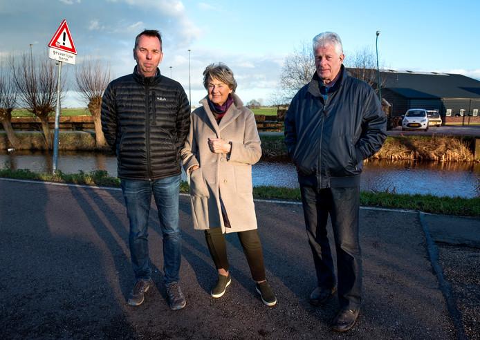 Omwonenden Boudewijn Rietveld (links), Roelofien de Ridder en Ton Spaan hebben dagelijks last van de luidsprekers die gebruikt worden tijdens de paardrijlessen van de manege op de achtergrond.
