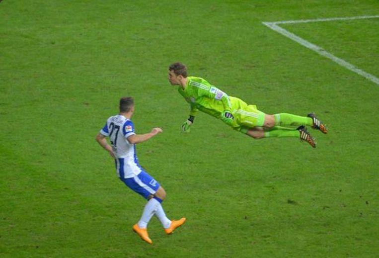 Neuer 'vliegt' in de wedstrijd tegen Hertha. Beeld Whoateallthepies