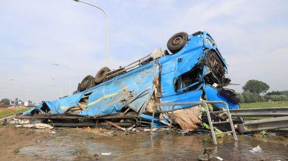 IN BEELD. Spectaculaire crash op E17: vrachtwagen slipt en gaat over de kop