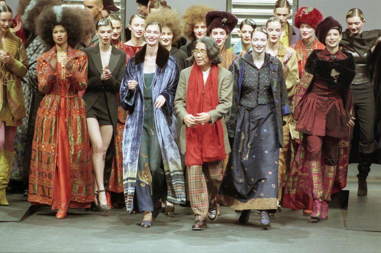 Kenzo Takada en zijn mannequins bij de presentatie van de herfst-/wintercollectie 1998-1999 in Parijs. Beeld Getty