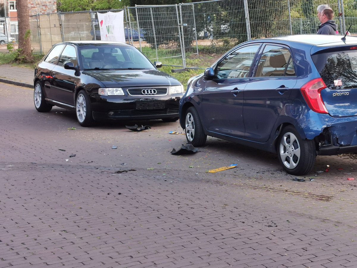 De achtervolging eindigde tegen een stilstaande auto.