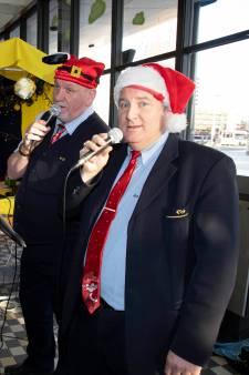 Zingende NS'ers John en Jos brengen reizigers in kerstsferen op station Nijmegen