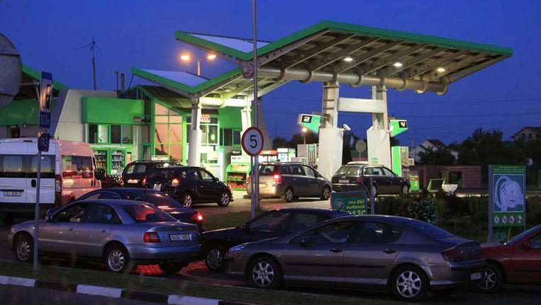 Auto's in de rij voor een benzinepomp in Minsk. In Wit-Rusland werd de benzine gisteren op slag 30 procent duurder. Beeld null