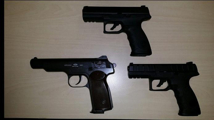 De drie gevonden nepwapens bij de jongeren in Borculo.