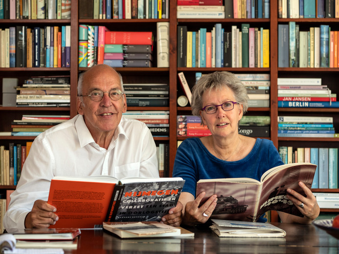 Piet Hieltjes en Ypie Veenstra, de redactie van de oorlogseditie van het wijkblad.