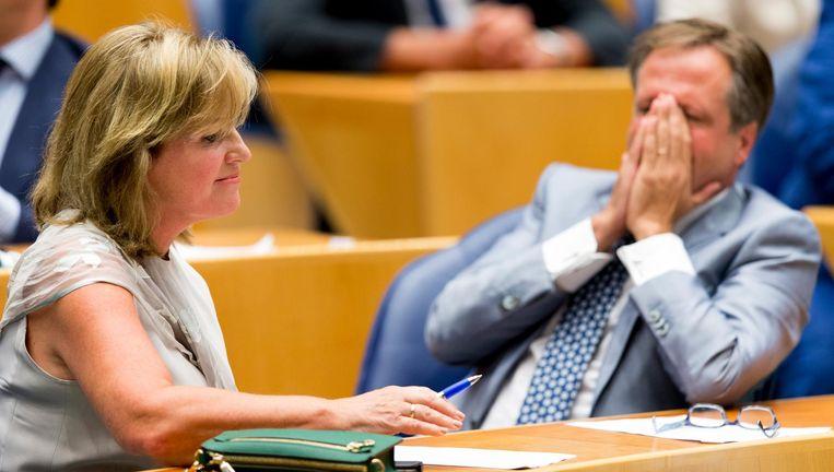 D66-Kamerlid Pia Dijkstra en fractievoorzitter Alexander Pechtold beseffen dat de Tweede Kamer voor Dijkstra's orgaandonatievoorstel heeft gestemd. Beeld ANP