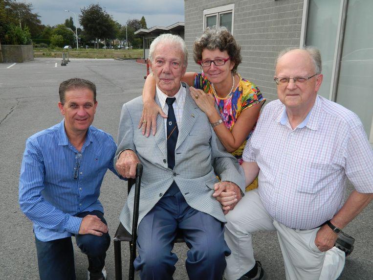 Julien Van den Driessche (92) met zijn dochter Ann, en naast hem Mario Lampaert (uiterst links) en Freddy Pille.