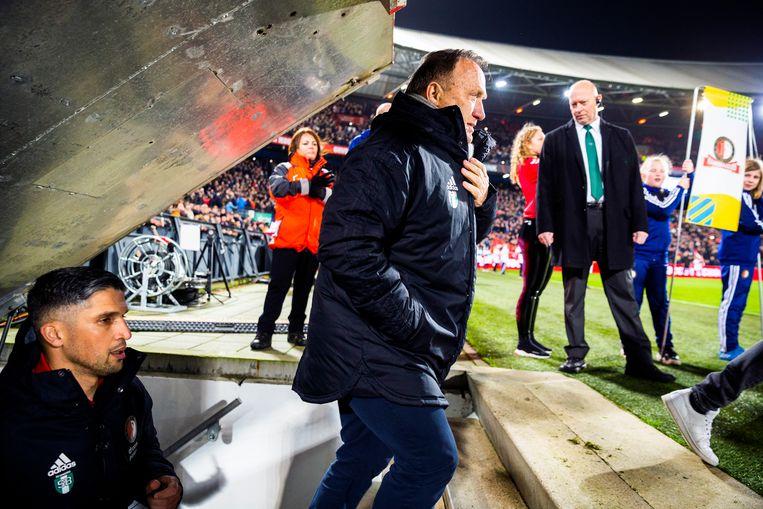 Feyenoord-trainer Dick Advocaat betreedt het veld van de Kuip. Beeld null