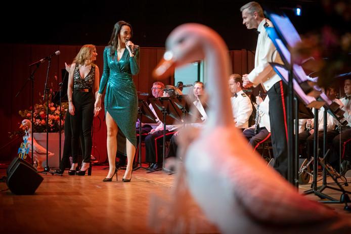 Romy Monteiro, ondersteund door de Marinierskapel,  zingt tijdens het galaconcert in Musis.