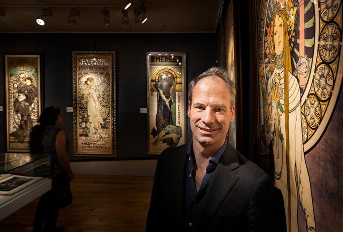 Directeur Maarten Kentgens van het Nederlands Steendrukmuseum in Valkenswaard bij een van de topstukken van Alphonse Mucha.