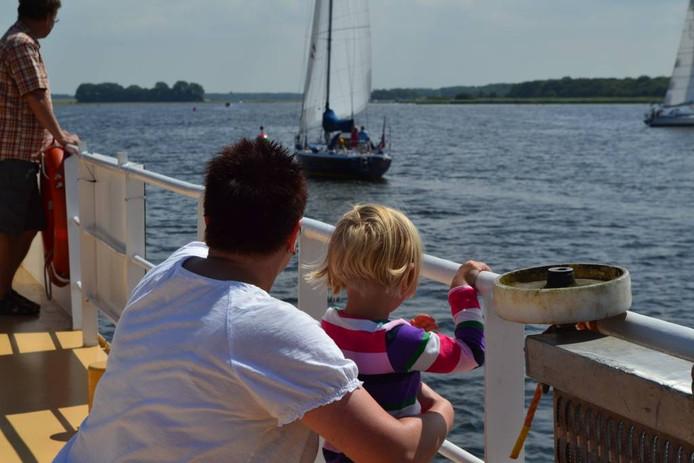 Moeder en dochter kijken naar de vele bootjes op het Veerse Meer tijdens de rondvaart. foto Meike Coppoolse