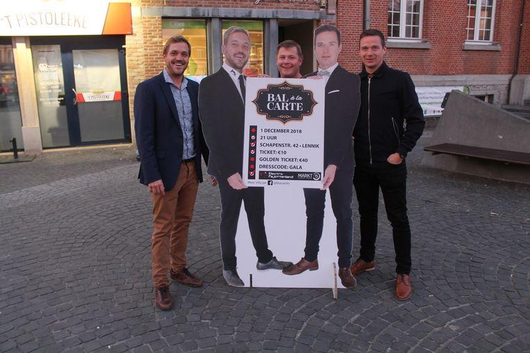 Thomas Taks (links) en Lennert Rampelberg van Blits Events stellen hun originele affiche voor samen met Koen Coppens van hoofdsponsor Electro Pajottenland.