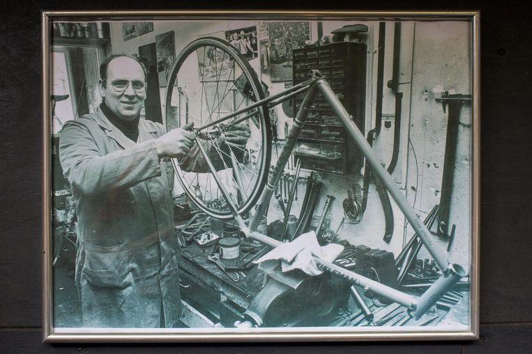 Opa Ko Zieleman in de werkplaats in de jaren zeventig. Beeld Privéarchief