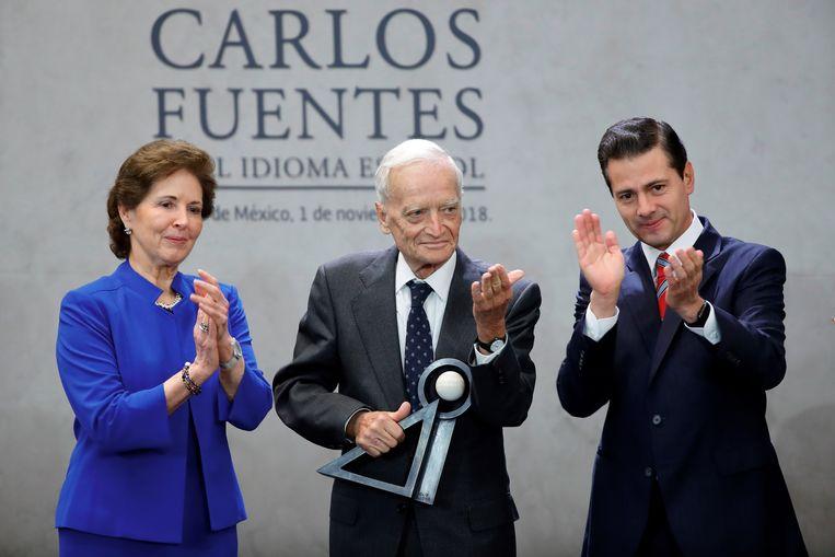 In met midden de Spaanse schrijver Luis Goytisolo die uit handen van de Mexican President Enrique Pena Nieto (rechts) de Carlos Fuentes literatuurprijs kreeg. Links de Mexiaanse Staatssecretaris voor Cultuur, Maria Cristina Garcia.